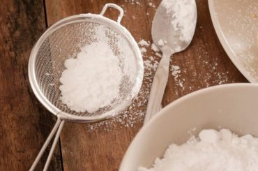 Powdered sugar in a tablespoon