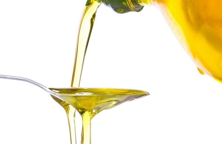 Sunflower_oil_in_a_tablespoon