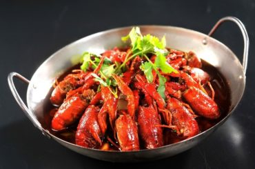 How_to_boil_live_crayfish_with_fresh_herbs