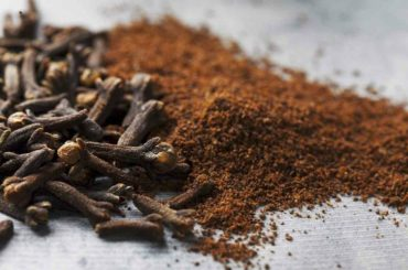How_to_measure_cloves_ground_with_spoons
