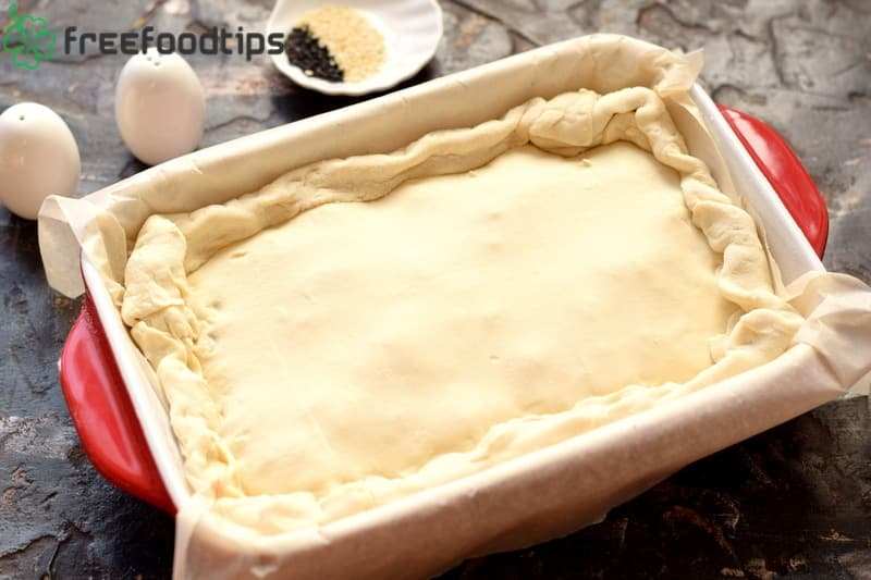 Cover meat pie with a second part of puff pastry