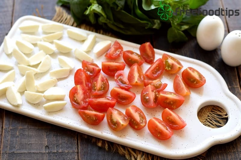 Cut tomatoes and cheese into pieces
