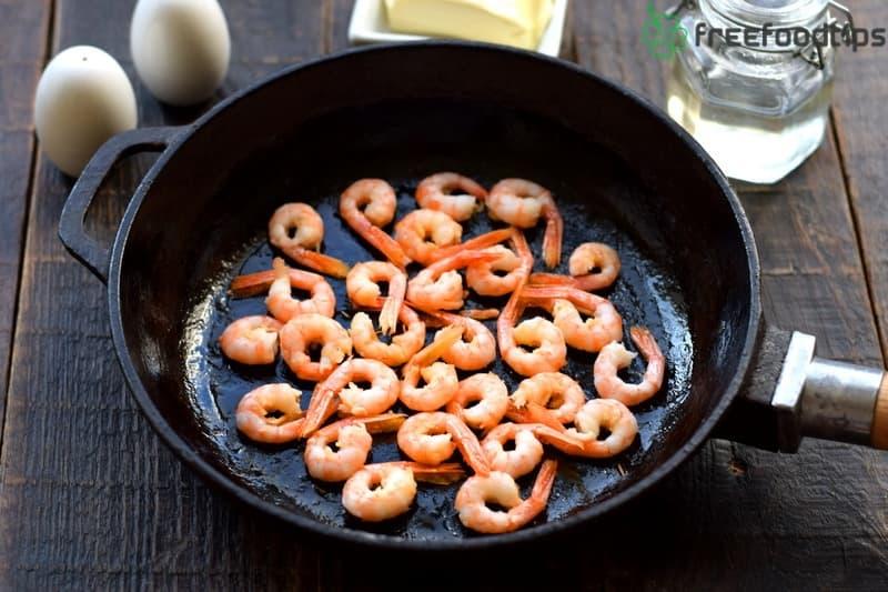 Cook shrimps in the skillet