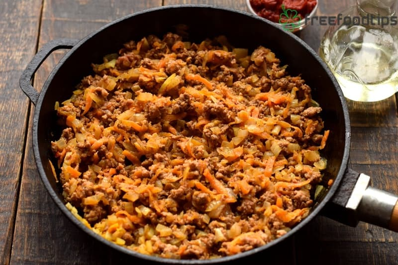 Add minced meat to the mixture